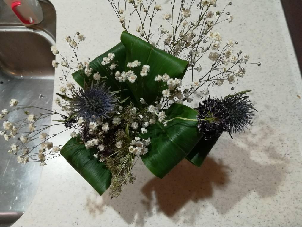 ブーケに付いていた葉っぱが根を出したので水挿ししてみた。≪花束×ハラン?≫